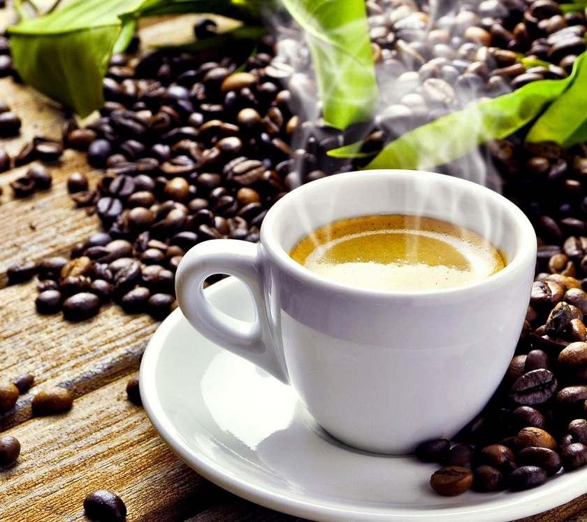 Кофе Фаберлик  в зернах и белая чашка