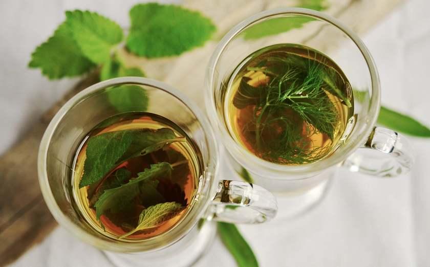Зеленый вкусный чай в чашечках