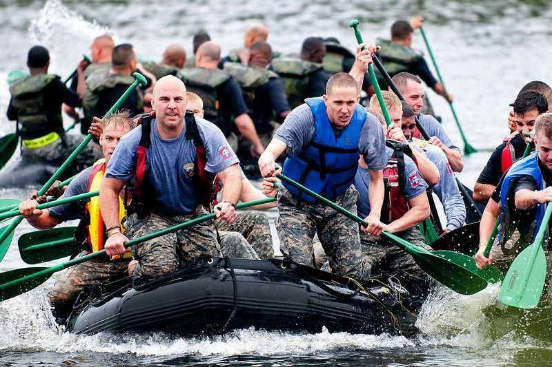 Военный десант в резиновой лодке