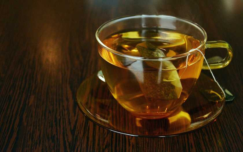 Чашка чая на столе с пакетиком