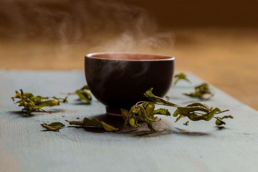 Керамическая чашка и зеленый чай